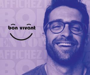 un homme souriant à côté du logo vin bon vivant