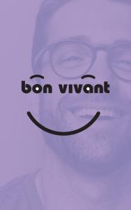 Logo vin bon vivant surimposé sur visage d'un jeune homme